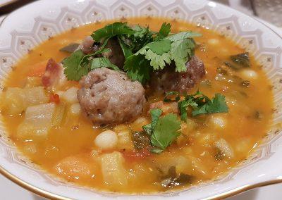Vegetable broth with pork meatballs